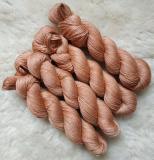 Sockengarn Turin - Merino-Seide-Ramie - pflanzengefärbt 100g *Sandelholz 1. Zug (altrosa-hellcoralle)