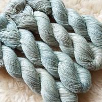 Sockengarn Turin - Merino-Seide-Ramie - pflanzengefärbt 100g *Walnuss-Indigo hell-graublau