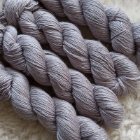 Sockengarn Turin - Merino-Seide-Ramie - pflanzengefärbt 100g *Blauholz grau-lila